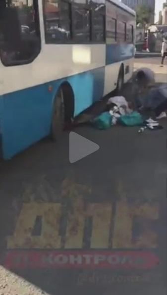 Автобус наехал на женщину