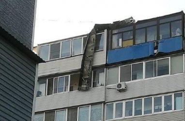 «Может и беда случиться»: во Владивостоке с крыши многоэтажки свисает огромный кусок рубероида