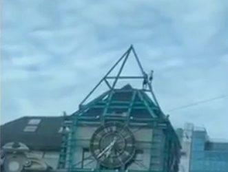 Дети, забравшиеся на крышу владивостокского «биг-бена», взволновали горожан
