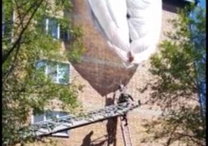 Военному парашютисту, зацепившемуся за крышу дома в Приморье, помогли пожарные