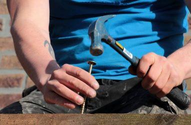 Выяснилось, сколько во Владивостоке получает плотник