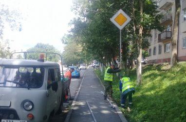 Во Владивостоке украли несколько дорожных знаков и стали ломать кнопки светофоров