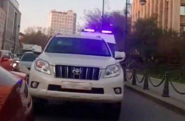 Во Владивостоке разыскали водителя, не пропустившего «скорую»