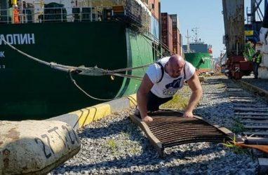 Приморец Иван Савкин протащил на себе судно весом 12400 тонн