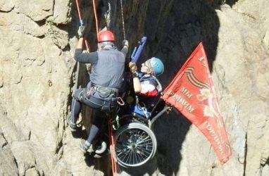В Приморье впервые в России совершили вертикальное восхождение в инвалидной коляске