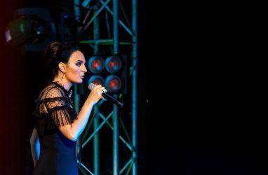 Огромные крабы и ножи: Елена Ваенга удивляет во время гастролей в Приморье