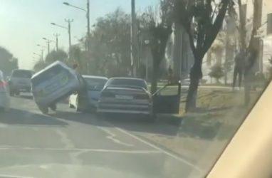 Необычное ДТП в Приморье: такси заехало двумя колёсами на иномарку