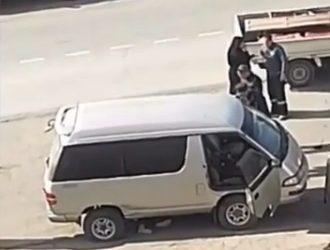Шокирующие кадры: женщину зажало под машиной в Приморье