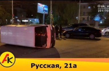 Во Владивостоке микроавтобус завалился набок от мощного удара