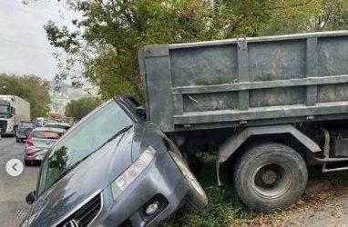 ДТП с КамАЗом и легковушкой во Владивостоке рассмешило горожан