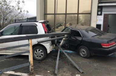 Во Владивостоке Mark II проломил ограждение и врезался в здание