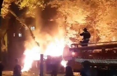 Огонь охватил мусорные баки ночью во Владивостоке