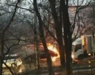 Во Владивостоке на проезжей части горит автомобиль — очевидцы