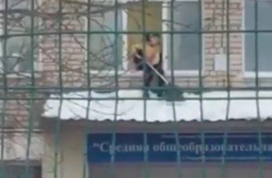 В Приморье наказали директора школы, в которой ребёнок чистил снег