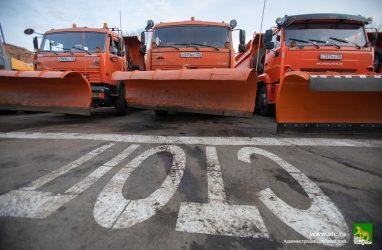 На дороги Владивостока вышло 154 единицы снегоуборочной техники