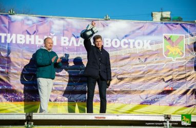 Губернатору Приморья пришлось бросить машину в пробке во Владивостоке и идти по нечищенным тротуарам