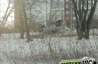 Во Владивостоке обнаружили перевёрнутый на крышу автомобиль