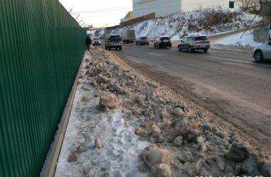 «Город для людей»: во Владивостоке убранный с проезжей части снег свалили под ноги пешеходам