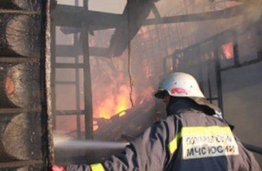 Огнеборцы спасли двух человек при пожаре в нежилом доме в Приморье