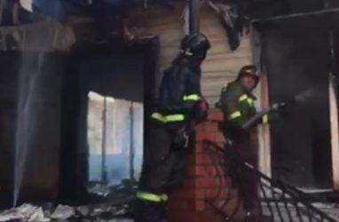 В Приморье 36 огнеборцев тушили коттедж