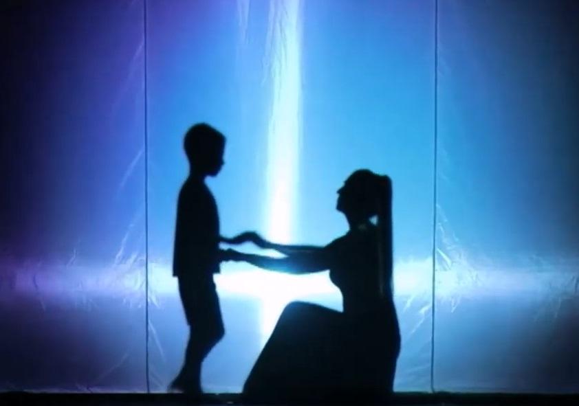 Мать и сын. Скриншот с видео Телемикса (концерт День матери)