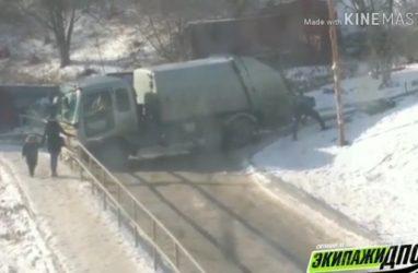 Во Владивостоке застрял мусоровоз и перекрыл движение