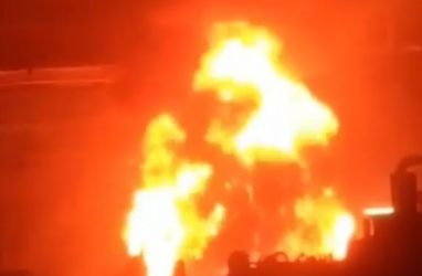 В Уссурийске бушует пожар на локомотиворемонтном заводе — очевидцы