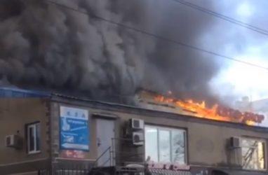 «Улицы не видно из-за дыма»: в Уссурийске случился серьёзный пожар