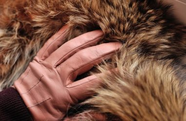 Шубы и дублёнки на 1,5 млн рублей изъяли таможенники на рынке Владивостока