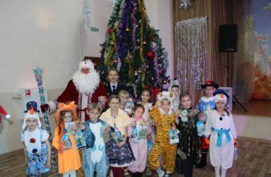 Полицейский Дед Мороз поздравил детей и взрослых во Владивостоке с Новым годом