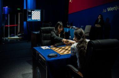 Пока боевая ничья: Вэньцзюнь и Горячкина провели первую шахматную партию во Владивостоке