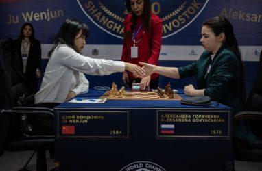 Вэньцзюнь и Горячкина обменялись победами в двух шахматных партиях во Владивостоке