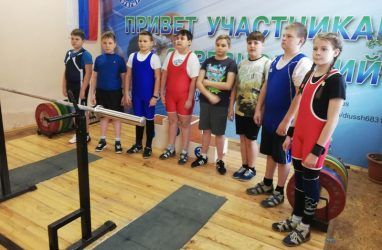 Юные силачи Владивостока показали себя в классическом пауэрлифтинге