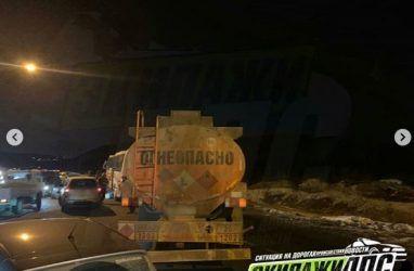 Во Владивостоке от удара бензовоза малолитражку отбросило в «Лексус»