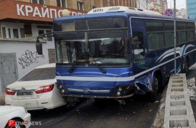 В центре Владивостока автобус протаранил бетонные блоки