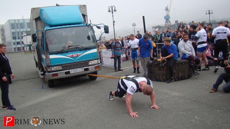 Силачи Владивостока тащили на себе многотонный грузовик