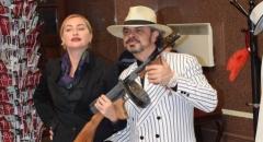 У каждого была возможность сфотографироваться с артистом, переодетым в костюм гангстера США 1930-х годов