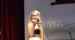 До и после антракта выступала владивостокская певица Люся Алексеенко.
