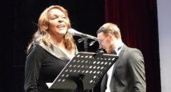 Дениз Перье называют талантливой певицей с богатым голосом контральто и умением с равным артистизмом петь баллады и блюз.