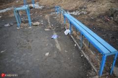 <strong>Лавочки в полуразрушенном состоянии, а под ногами разный мусор вперемешку с окурками и грязью</strong>