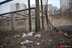 <strong>Много мусора с обеих сторон полуразрушенного металлического забора</strong>