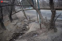 <strong>Забор свисает в овраг и требует срочного ремонта, но никто этим не занимается</strong>
