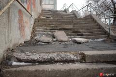 <strong>Школьная лестница в аварийном состоянии из нее торчат металлические штыри и разбросаны железобетонные плиты</strong>