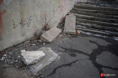 <strong>Железобетонные плиты валяются прямо на лестнице по которой ходят учащиеся</strong>