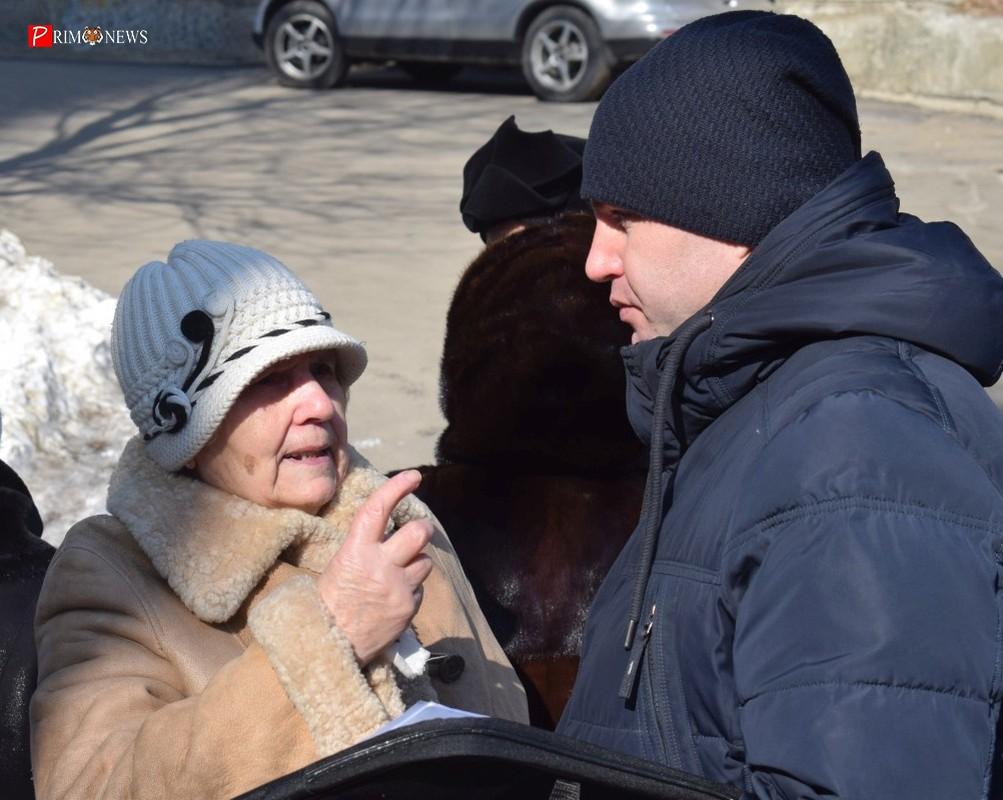 <strong>Люди по-прежнему сильно обеспокоены предстоящей стройкой, свои вопросы они задавали организатору собрания Сергею Мильвиту</strong>