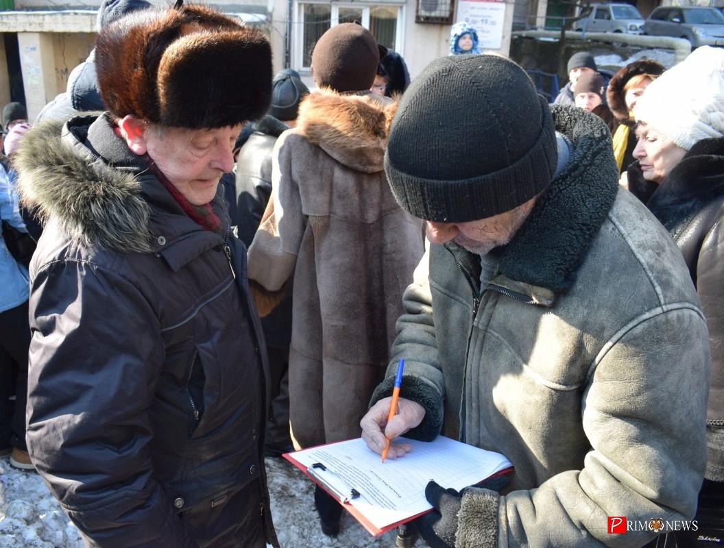 <strong>В конце собрания у жильцов собрали подписи</strong>