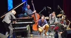 Себастьян Пали играл на рояле то сидя, то стоя, а также активно жестикулировал, тем самым задавая музыкантам нужный темп.