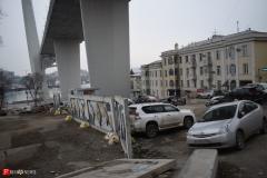 <strong>Здесь уже давно ничего не растет, а красивейшее здание Владивостокского художественного училища окружено грубым забором, одна из секций которого уже рухнула</strong>