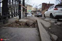 <strong>Самого тротуара фактически нет - на протяжении нескольких метров он полностью разбит</strong>