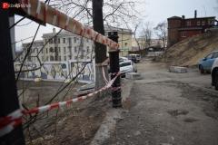 <strong>Обрушилась и часть забора у тротуара на самой Пушкинской улице - сейчас здесь опасный обрыв высотой шесть метров</strong>